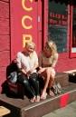 Sonja und Ivana vor Sowjet-Nostalgie-Bar
