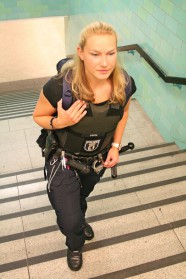 070c-schickaa-Polizistin-Police-woman-Alexanderplatz-Berlin-Street-Style-Björn-Akstinat-Straßenmode-Modeblog