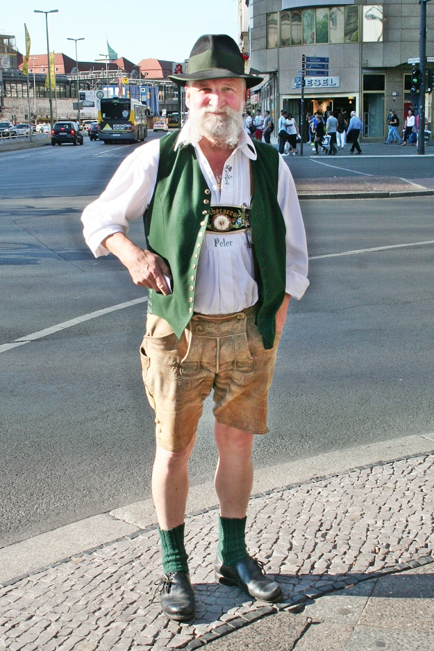 140c-schickaa-Björn Akstinat-Peter-Lederhose-Trachtenmode-Straßenmode-bavarian-Bavaria-Austria-Austrian-Streetstyle-Berlin-Wien-Germany-Kurfürstendamm-Kudamm-Modeblog-Fashionblog-Streetwear