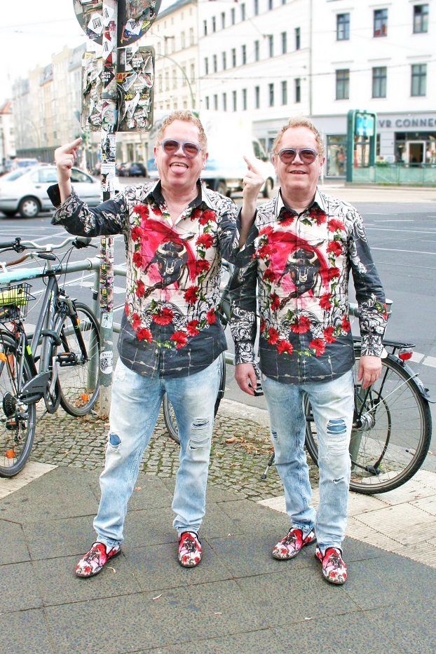 142c-Ulrich-Rolf-Rosenthaler Platz-Berlin-Mitte-eineiige Zwillinge-Schickaa-Björn-Akstinat-Straßenmode-Chris-Steet-Style-Fashionblog-Modeblog-Streetwear-Germany-East-Elton John-Twins-IMH-Sartorialist-Humans of Berlin