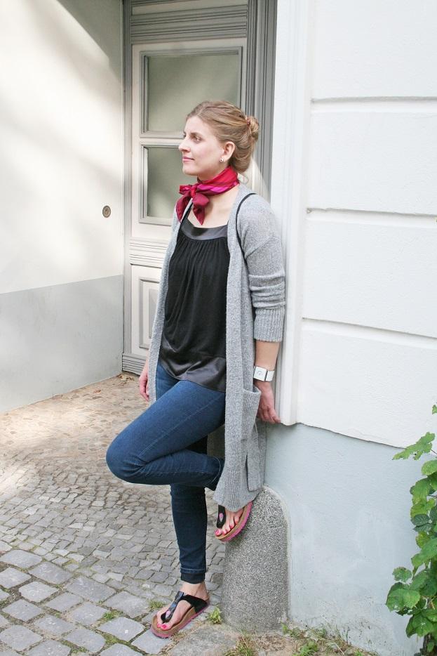 160c-Jenny-Copyright schickaa-Akstinat-Lichtenberg-Viktoriaviertel-Berlin-Akstinat-Streetstyle-Streetfashion from Berlin-Straßenmode-Modeblog -Berlin-Hauseingang-Halstuch