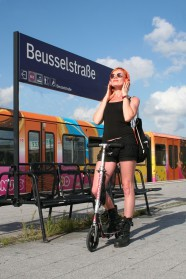 126c-schickaa-Anne-Moabit-Berlin-Straßenmode-Streetstyle-Streetwear-Street Fashion-Björn-Chris-Akstinat-Deutschland-Wikipedia-IMH-Akstinat-fotograf-Beusselstrasse-urban-Kopfhörer-headphones-skaterin-red hair-rothaarig