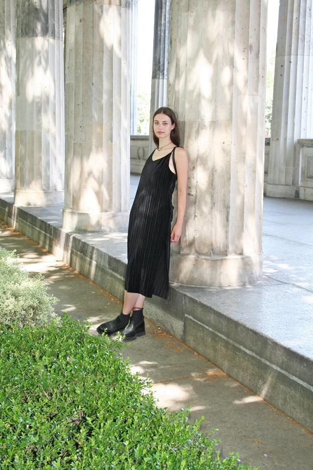 135c-schickaa-Sophia-Berlin-Straßenmode-Streetfashion-Style-Modeblog-Streetwear-Museumsinsel-Kolonnade-Germany-Deutschland-Björn Chris Akstinat-chic