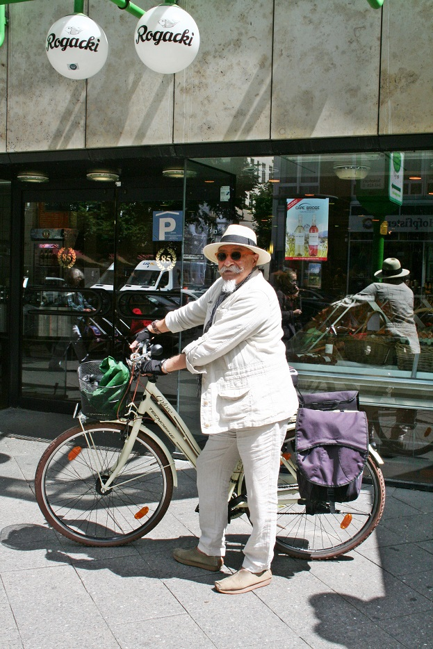 004c-Dary-schickaa-Björn Akstinat-Rogacki-Charlottenburg-feiner Herr-Straßenmode-Berlin-Deuschland-Fahrradfahrer-Fashion Week-Berliner Modeblog-Les Mads-stil in berlin