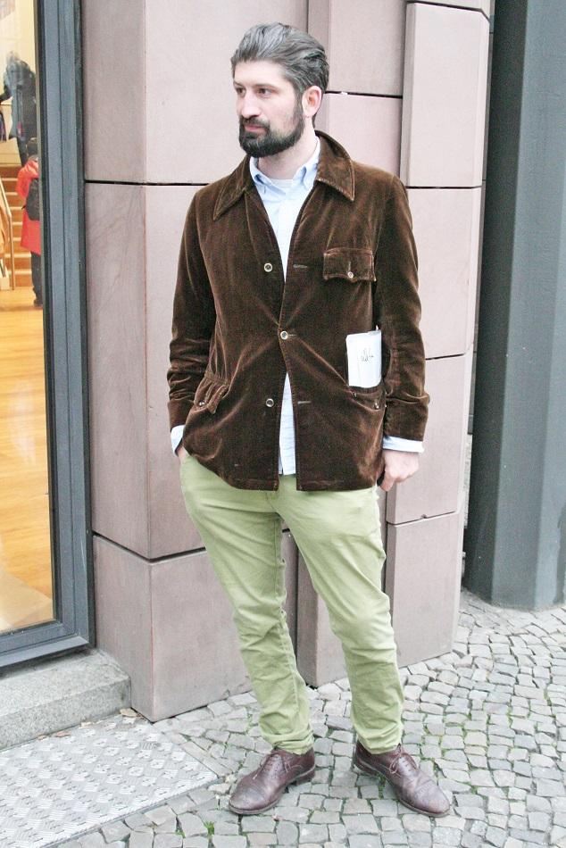 108c-schickaa-Benjamin-S-Bahnhof Hackescher Markt Berlin Deutschland Germany Streetstyle man with beard Mann mit Bart elegant Herr Cord Streetwear Fashion blog Mode