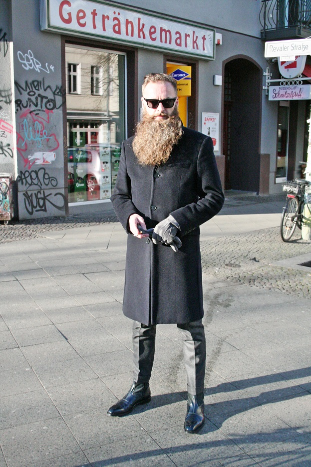 002c-Bernd-Revaler Strasse Friedrichshain Berlin trendy hipster man with beard schicker Mann mit Bart-schickaa photographer Björn Akstinat