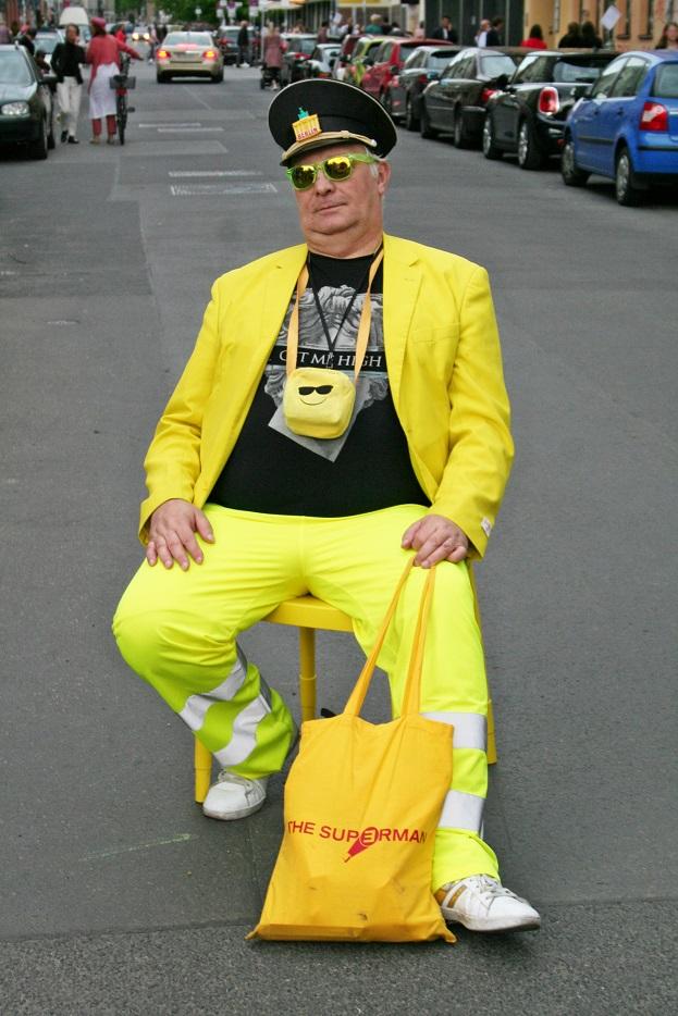 058c-Konstantin-Berlin Mitte Gallery Weekend Streetstyle Street Fashion Blog Modeblog Straßenmode gelb Kunstkontakter Art