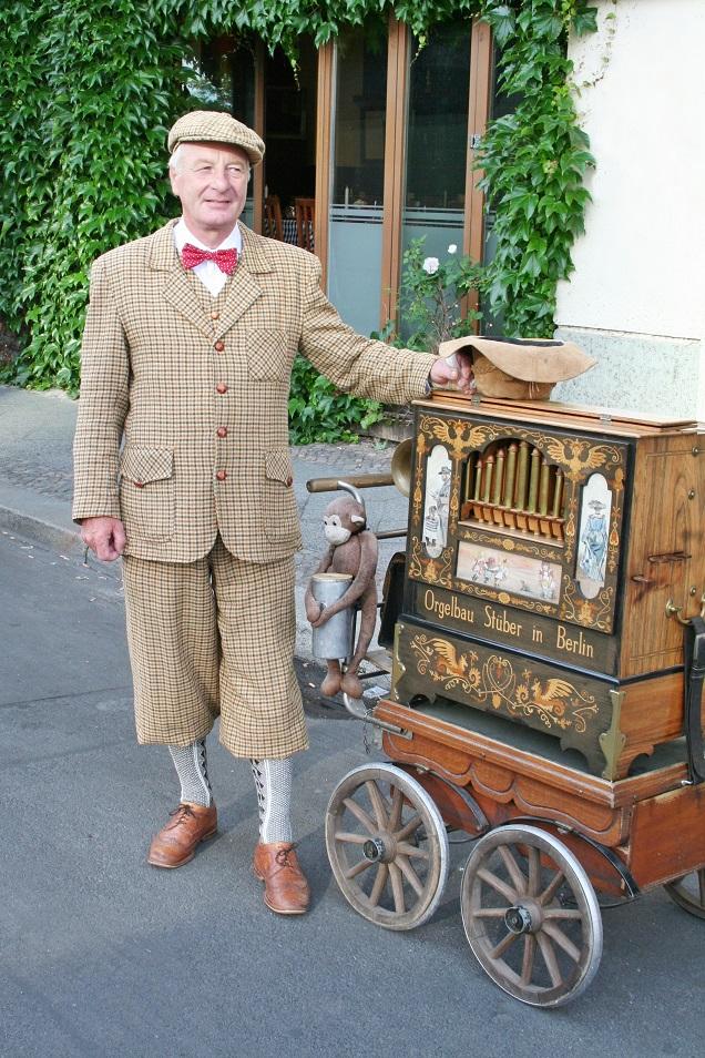 033c-Manfred Drehorgelspieler Drehorgelmusik Spreeufer Berlin Deutschland Germany Street Fashion Style Wear Leierkasten barrel organ hurdy-gurdy Knickerbocker Schiebermütze
