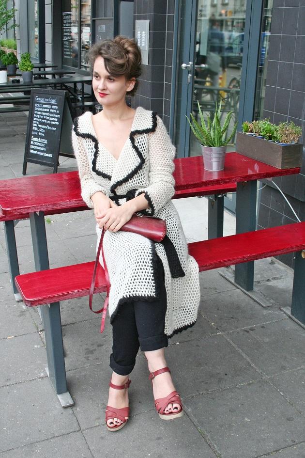 133c-Magdalena-Rosenthaler Platz Strickjacke Frisur Berlin-Mitte Streetstyle Streetfashion Streetwear Streetart - Copyright Fotograf Christopher Björn Akstinat schickaa
