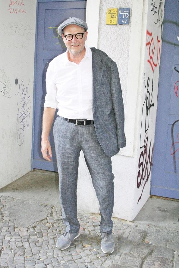 023c-Volker-Ostkreuz-Berlin Friedrichshain-schickaa-Björn Chris Akstinat-Gentleman Kavalier eleganter Herr grau grey man fashion street style modeblog fashion blog berlin street style