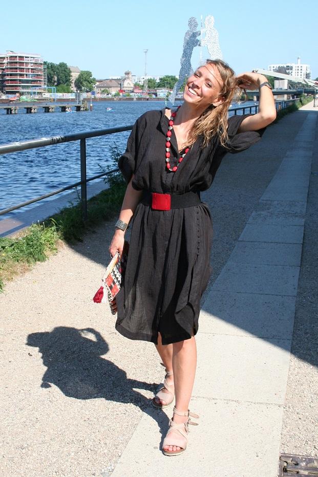 096c-Elisa-Spree-Berlin-Kreuzberg-Molecule Man-Fotograf Björn Chris Akstinat schickaa-Street Fashion Style Wear Week black skirt beautiful woman river