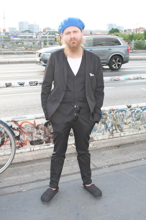 128c-Jean-Berlin Friedrichshain-Warschauer Brücke-schickaa-Björn Chris Akstinat-Flaneur Baskenmütze Street Fashion street style Modeblog fashion blog Berlin Street Style