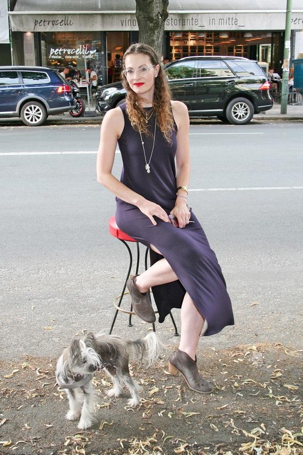 041c-Christina mit Hund Kinski Berlin-Mitte auf Torstraße Torstrasse woman girl dog Berlin Street Style Streetphotography Influencer-Copyright Chris Björn Akstinat schickaa