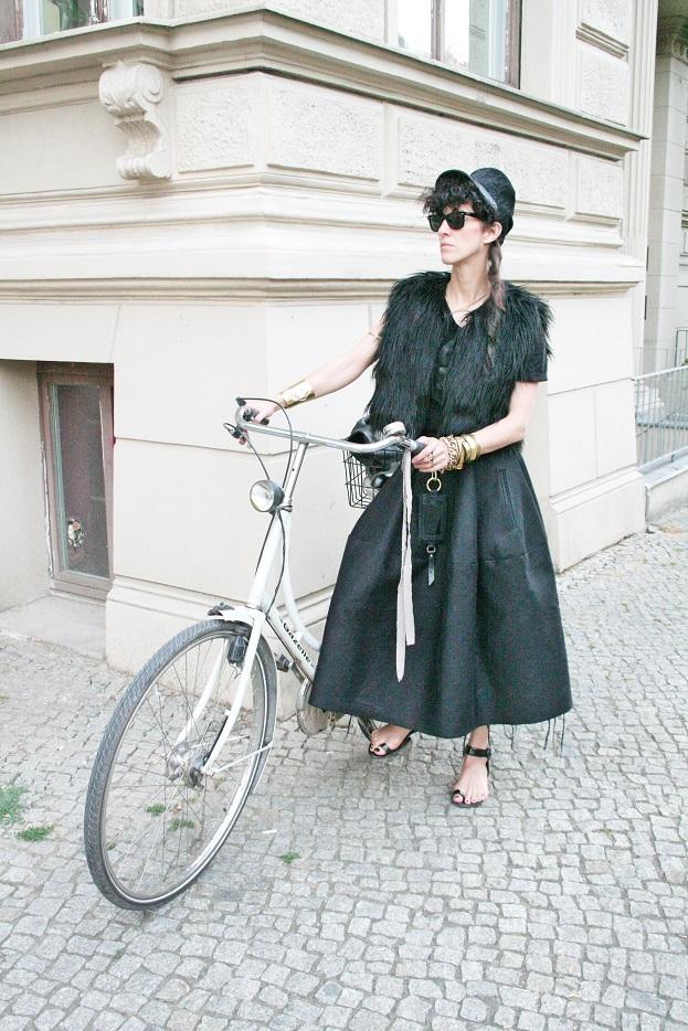 081c-Esther Prenzlauer Berg Schönhauser Allee black schwarz Berlin Street Style Fashion Urban Straßenmode Modeblog - Copyright Fotograf Björn Chris Akstinat schickaa