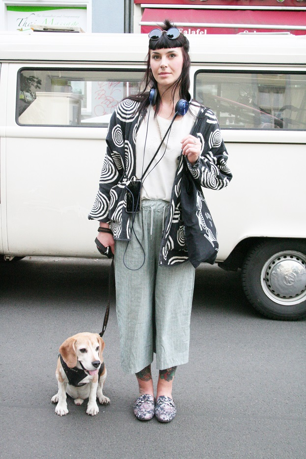 084c-Nicole Ostkreuz Boxhagener Straße Friedrichshain Berlin Street Style Fashion Mode Art VW Bully Hund dog Germany - Copyright Fotograf Björn Chris Akstinat schickaa