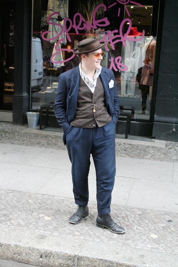 086c-James Berlin-Mitte Berlin Street Style Fashion Straßenmode Urban Modeblog Herrenbekleidung schicker Herr - Copyright Björn Chris Akstinat schickaa