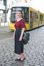 102c-Mareike-Berlin-Friedrichshain-Warschauer Straße-Fotograf Björn Chris Akstinat schickaa - Straßenbahn Tram girl woman fashionable Street Style Fashion Straßenmode Allemagne