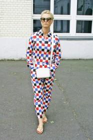 103c-Judith Prenzlauer Berg Hinterhof Clownkleid Wunderkind Berlin Street Style Fashion Straßenmode Modeblog Blogger Street Photography - Copyright Chris Björn Akstinat schickaa