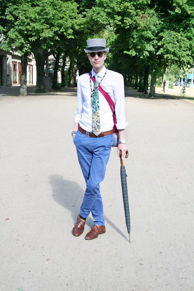 105c-Eyk Friedrichshain Karl-Marx-Allee Berlin Street Style Fashion Photography Zylinder Regenschirm Stalinallee-Copyright Chris Björn Akstinat schickaa