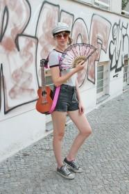 144c-Lila-Pappelallee Prenzlauer Berg Prenzlberg Berlin Street Style Fashion Art Guitar Gitarre Fächer Fan Mütze Cap Hippie Germany-Fotograf Björn Chris Akstinat schickaa
