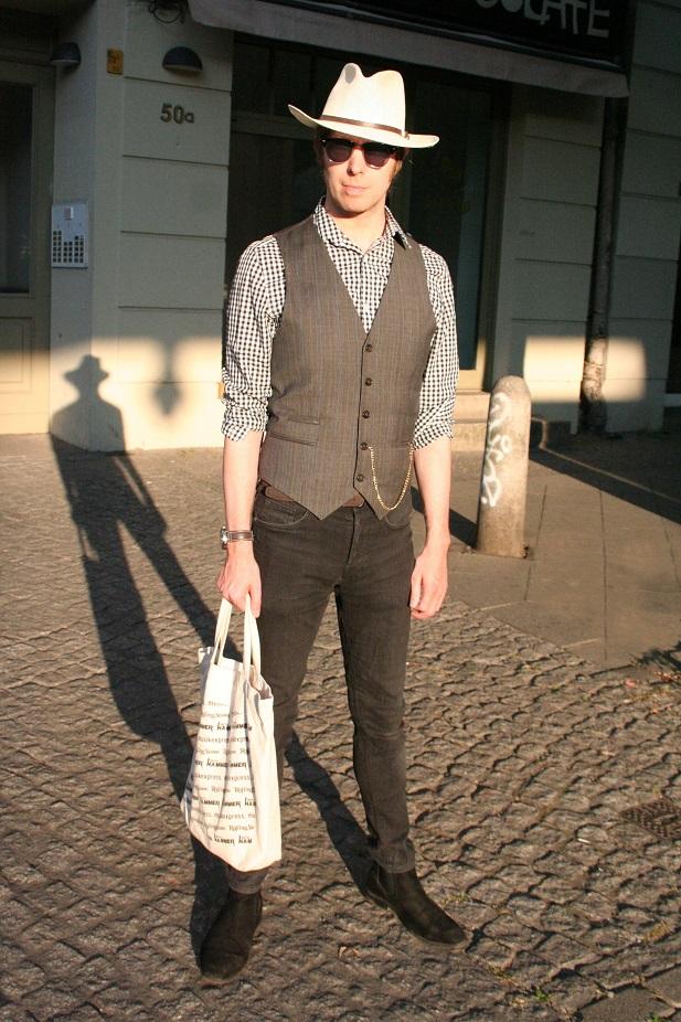 173c-Mark Prenzlauer Berg Schönhauser Allee Englishman in Berlin Germany deutsche Straßenmode Berlin Street Style Fashion-Copyright Björn Chris Akstinat schickaa