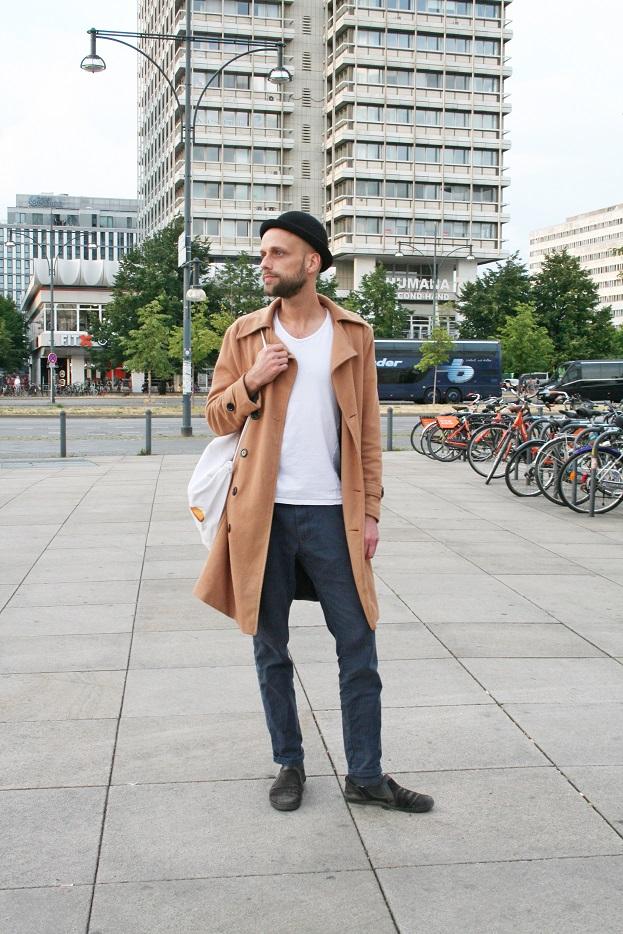 146c-Steven Berlin-Mitte Alexanderplatz Haus des Reisens Berlin Street Fashion Style Wear Straßenmode Straßenfotografie Modeblog Blogger Melone - Copyright Björn Akstinat schickaa