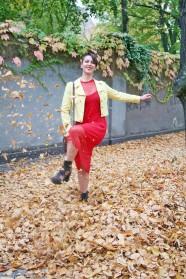 066c-Lisa-Marie Liz Friedenau Rockabilly Pin-up Petticoat Herbst Herbstblätter rot gelb autumn fall pretty woman girl Berlin street fashion style Björn Akstinat schickaa real